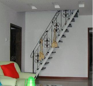 阁楼楼梯口超过旁边墙体一部分,楼梯该如何设计比较合适