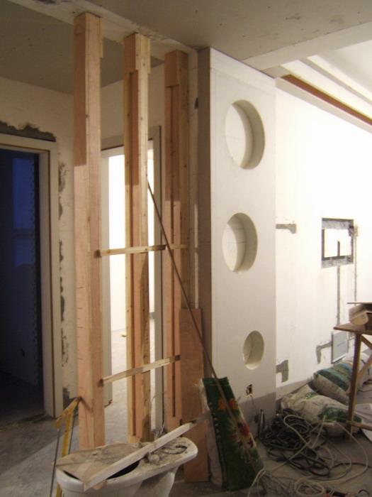 客厅背景墙和屏风的木柱