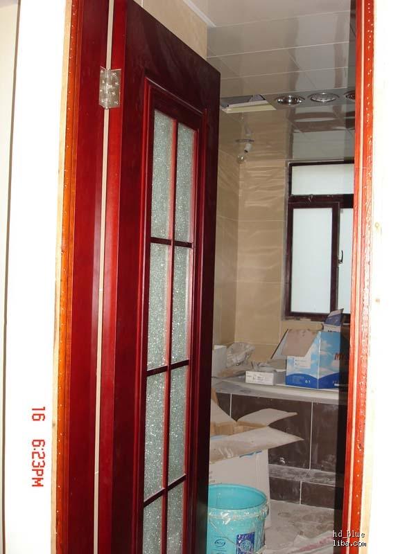 主卫生门的玻璃是冰花样式的