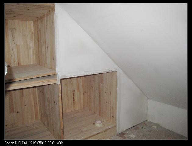 阁楼更衣间的柜子边缘处终于用石膏板封起来