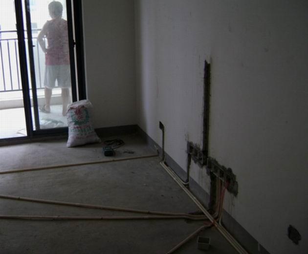 客厅电路布置图,电视背景墙采用暗藏式管道
