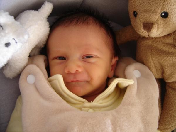 宝宝睡觉不踏实,总是闭眼睛翻身,这是怎么回事?