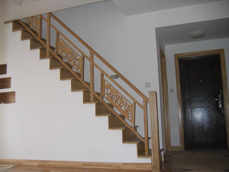 杉木门套+清水漆,水泥橱柜,实木楼梯