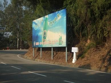 """公交站台边上的青岛啤酒广告牌 ,广告牌边上小小的白石头上是"""""""