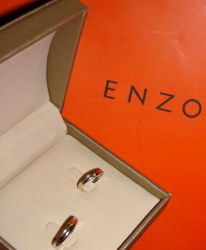 家败的超级满意滴1卡钻戒 简约式enzo对戒 有真手秀噢高清图片