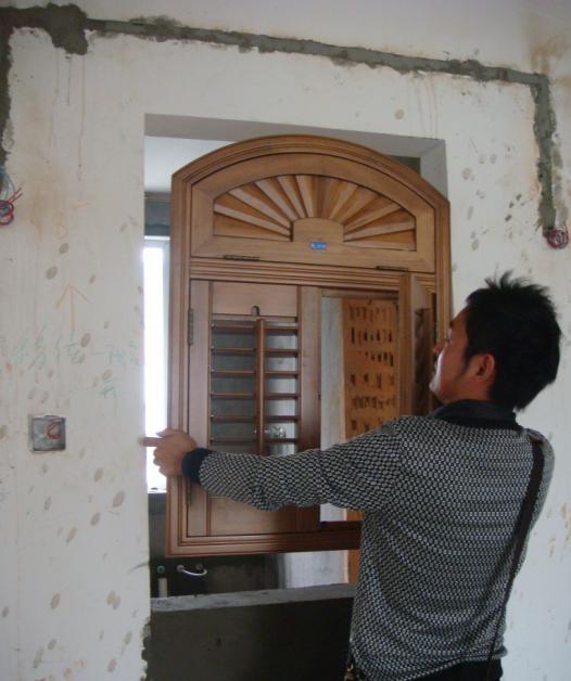 设计师把厨房和餐厅的一面墙设计成半开的半圆窗户,既采光好又通风好