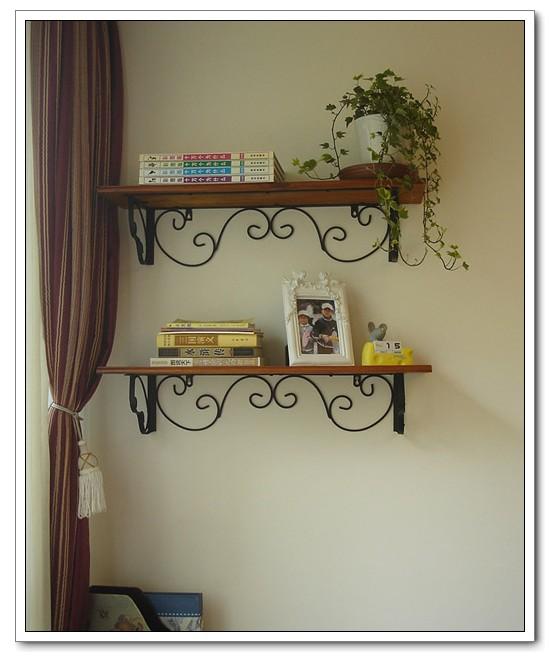 两个搁架,代替简易的书架,钉在儿子房间的墙上: