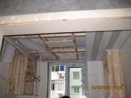 吊了一半顶的卫生间加老板的排气管