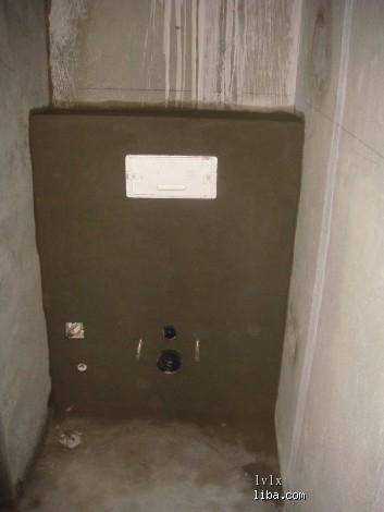 壁挂式马桶水箱前面的矮墙也砌好了
