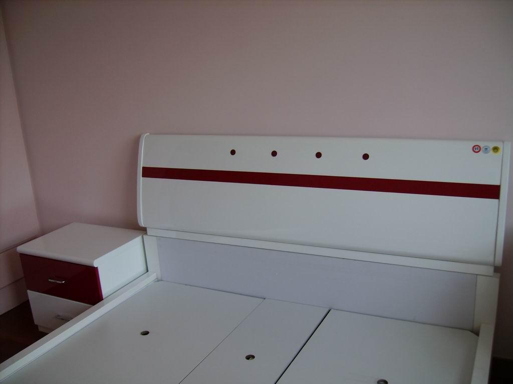 再从窗子这边拍过去,床和床头柜,我家的柜子是现成的,整体图片