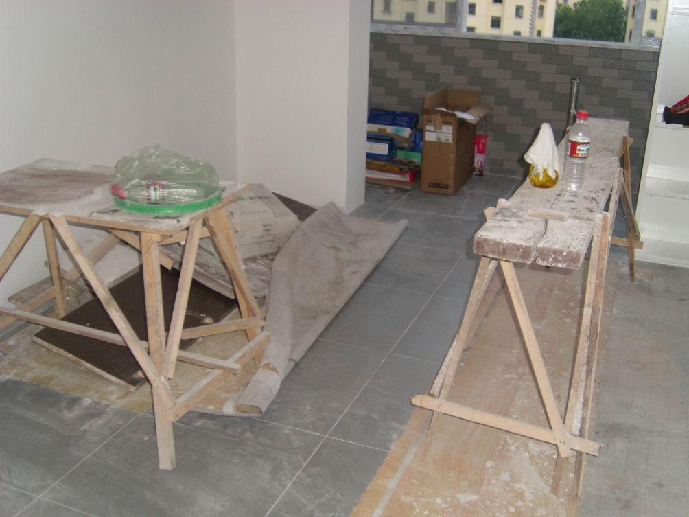 原来地面的木板,线管,煤气管,石膏板等等都被偶清理到卧室的东墙边了