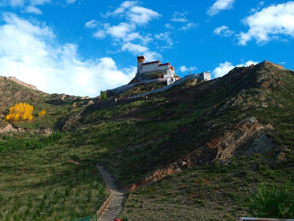 要供奉释迦牟尼佛像.宫殿内的壁画上生动地描绘了西藏的...
