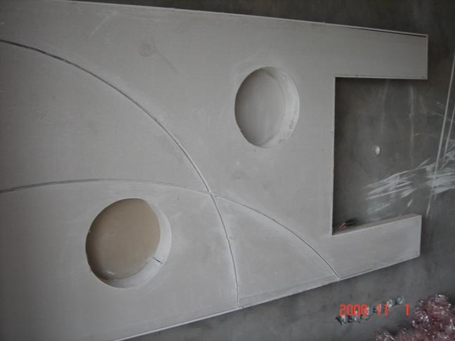 木工已经做好了电视背景墙