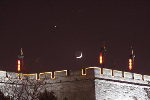 颗很亮的星星和弯弯的月亮组成的笑脸吗