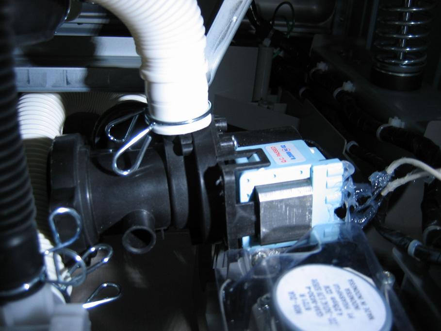 用硅胶封住排水泵的电源接线点,加强绝缘.