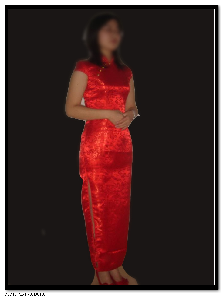 红色的旗袍,暗色的花纹