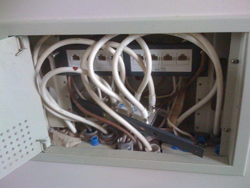 其实也没什么新弱电箱,在客厅的小储藏室下面找了个地方用来接网络。 这里有这些东西: 进线: 从旧弱电箱过来的有线电视线,可以使用有线通上网 从就弱电箱过来的网线,可以使用小区宽带,或者接到电话线上用ADSL 出线: 去每个房间的网线 记得要搞至少一个电源面板,否则网络设备没电不行