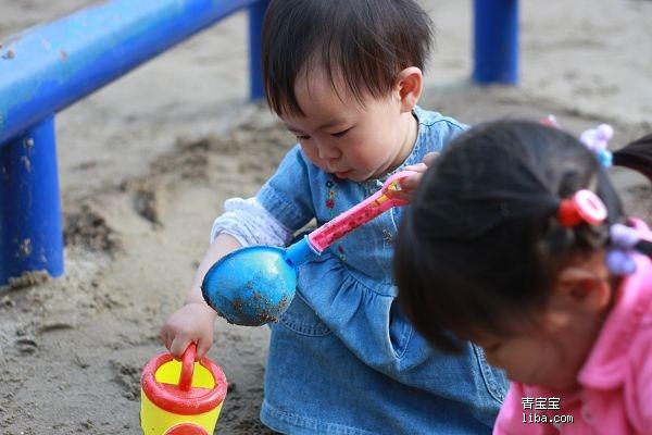 小孩浇水简笔画