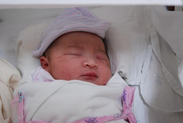 没满月的宝宝刚睡醒就是一睁眼双眼皮,醒了之后就是单眼皮了咱不是医生,所以你还是去医院看看吧,谁说都没个准头!对吧我的宝宝刚出生时是双眼皮,现在满月了怎么是一个单眼皮和一...双眼皮是遗传的,父母都是双眼皮,那孩子一定也是双眼皮。为什么我的宝宝双眼皮会变成单眼皮我家宝宝和楼上这位的情况一样,也是刚生下来是双眼皮的,满月以后就成单眼皮了。现在八个月了,还是如果眼睛瞪大了,就是双眼皮,不使劲瞪就是单眼皮。没关系,也挺迷人的。.