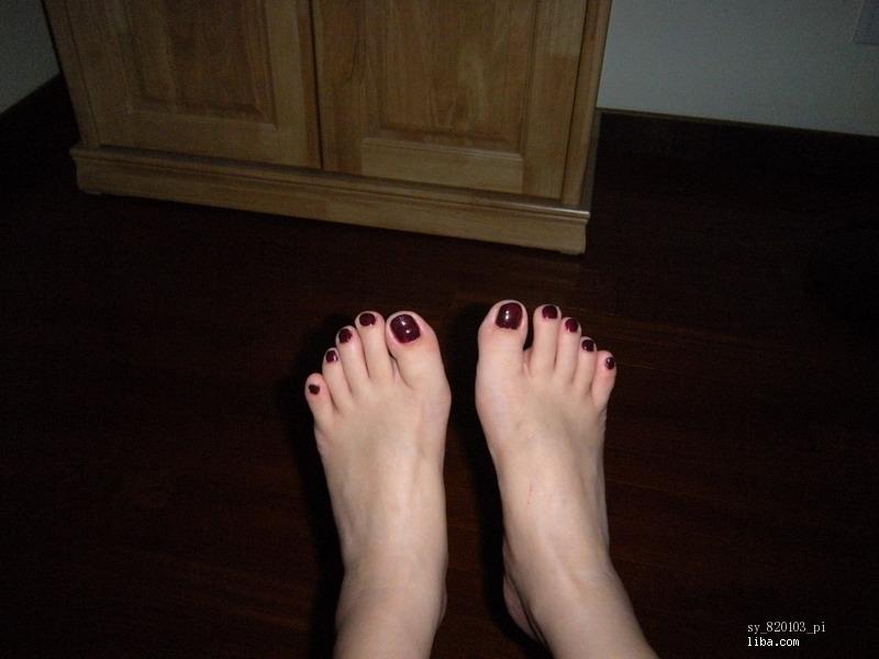 黑色脚指甲油美女图片