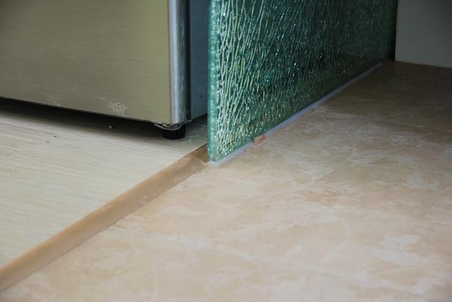 瓷砖与地板的接缝