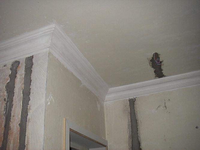 顶角线装上,厅和卧室的用了同一款,只是尺寸有所不同