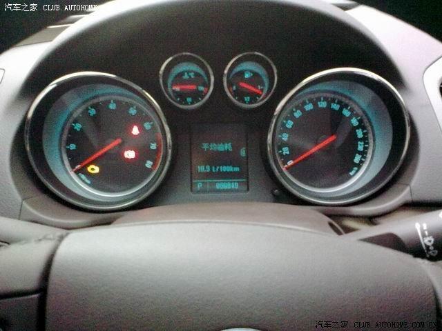 我是2.4的。开了4000多公里,平均12.5个油,市区大概13个。估计做了首保以后会下来一点,刚买来的时候开得比较温柔只要11个多。 我开得比较奔放,喜欢踩油门上3000转。其实这个主要也就是驾驶习惯的问题。我家的PASSAT大概只要10个油,奇瑞只要8个油,思域大概9个油,但是给我开了,都要加1-2个油。 XJW,我估计自己开的温柔一点可以控制在12个左右。 2.