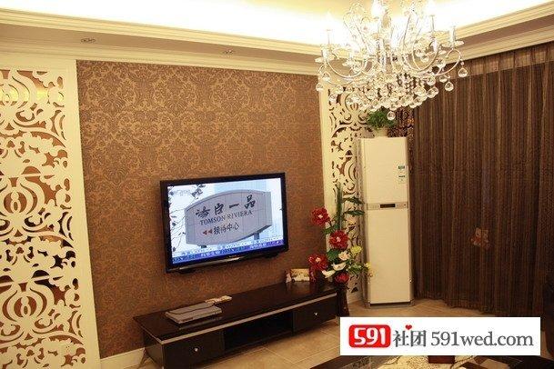 电视背景墙两边用了雕花板制作