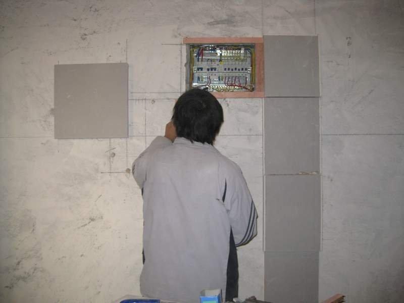 木工师傅正在打造餐厅背景墙