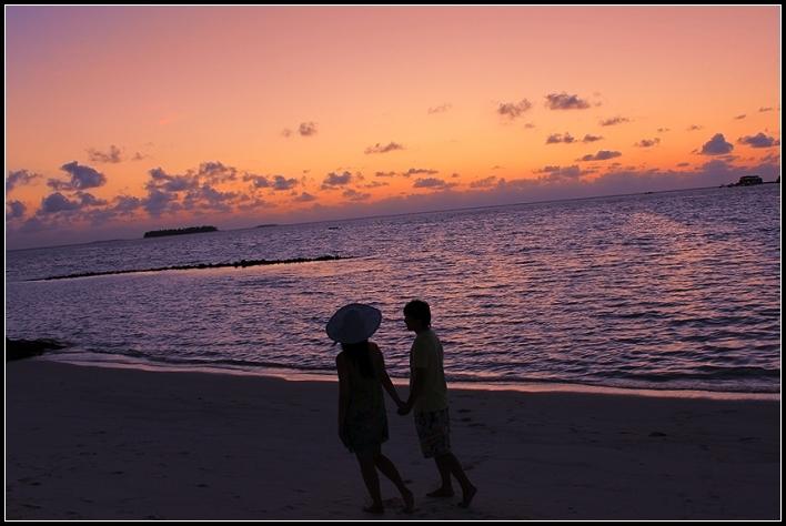 夕阳西下,牵手漫步海边