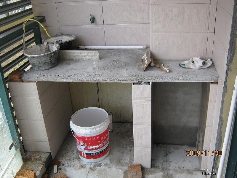 十九的住户把阳台上的这一角改成了拖把池加洗衣机位