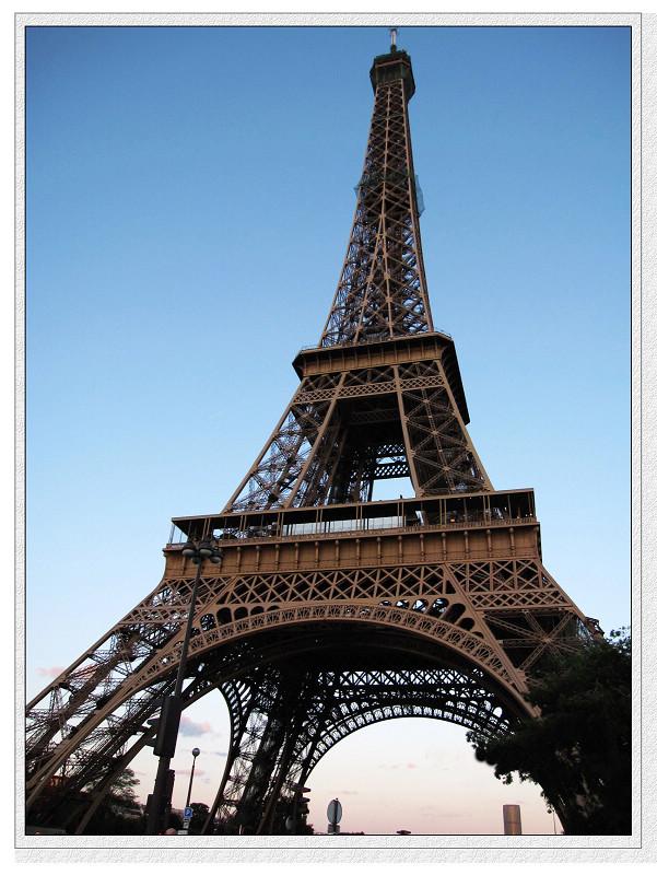 在艾菲尔铁塔下的游客络绎不绝,一路上好多小黑手持着铁塔钥匙和纪念