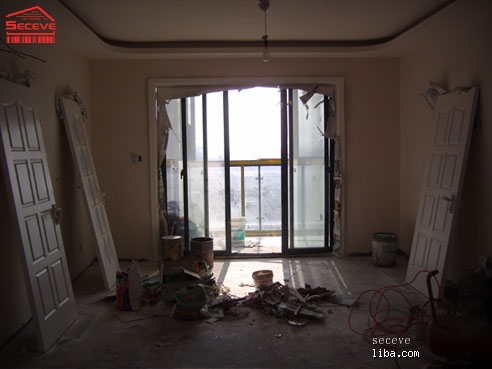 客厅全景图,包括了门,和阳台移门的门框.