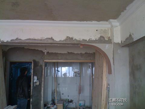 在装修中发现房子大梁下面出现裂缝,而且该1号楼家家房子都出现裂缝