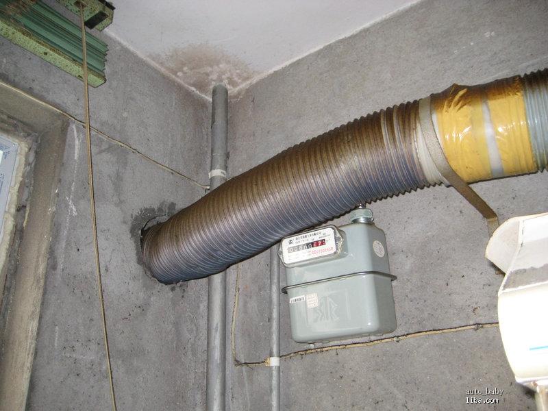 燃气表的位置,感觉也挺尴尬的,热水器放它下面也不太合适.图片