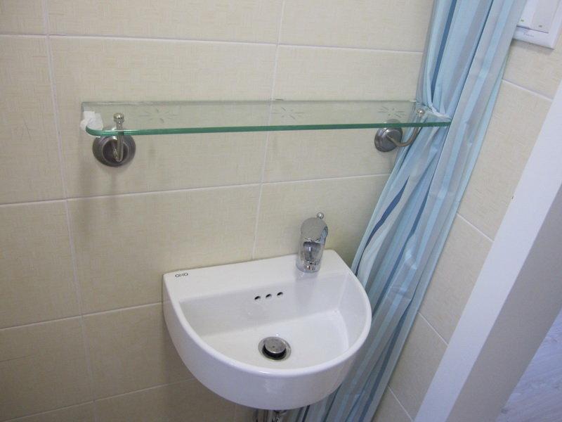 楼上迷你卫生间之迷你小台盆+玻璃洗具搁板
