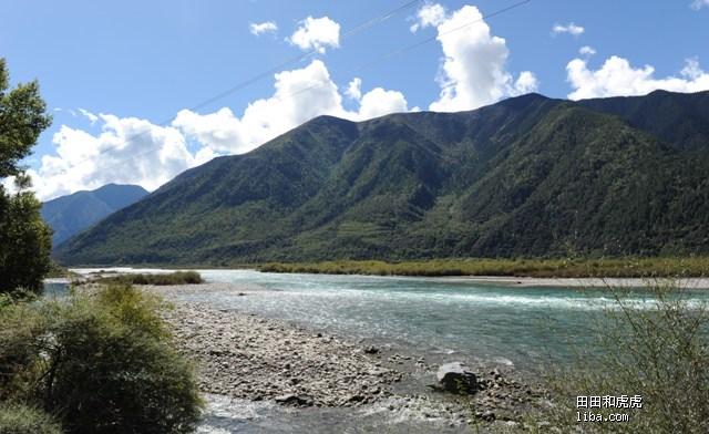 途中的风景 这已经是尼洋河了 蓝绿色清澈的河水 承着金黄色的河滩 煞
