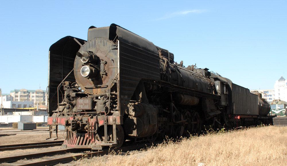 前进型蒸汽机车的结构特点是:1,锅炉为内火箱无燃烧室的全电焊结构;2