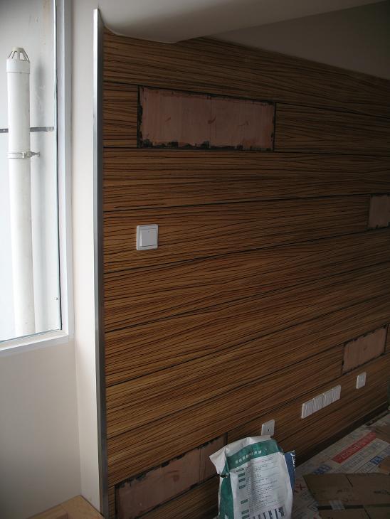 背景墙木制品和墙面漆结合处搞了不锈钢收口
