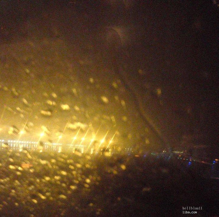 飞机降落在了虹桥,大雨,我的迷你假日就在这里结束了.