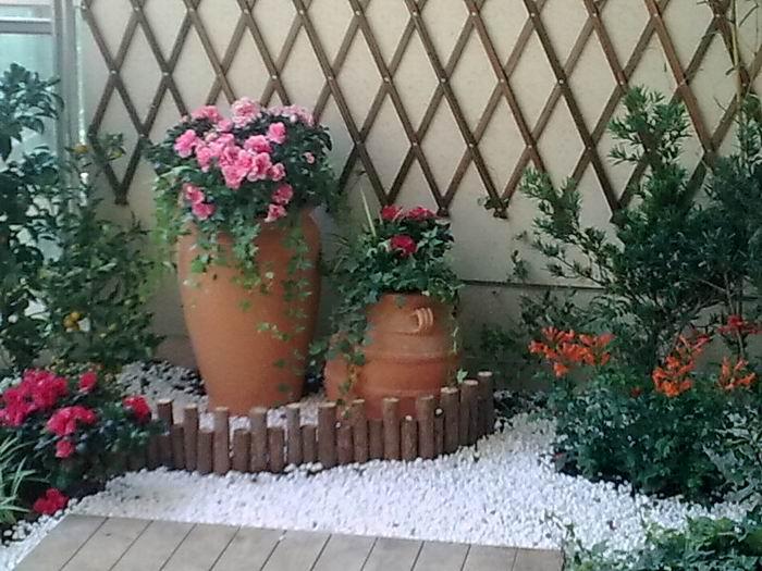 高低不同的圆木桩不仅装饰性极强还做了花园的围栏