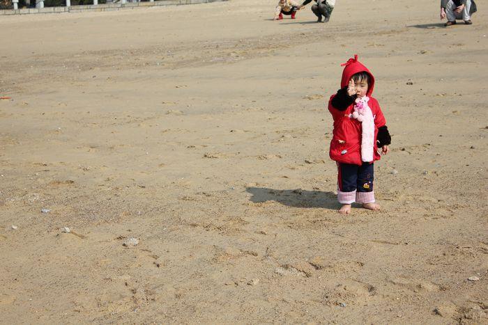 沙滩上光着小脚丫的小mm