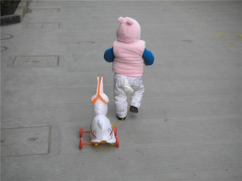 元宵节了 突然想起 宝宝又张蛮可爱的拉兔子灯的背影