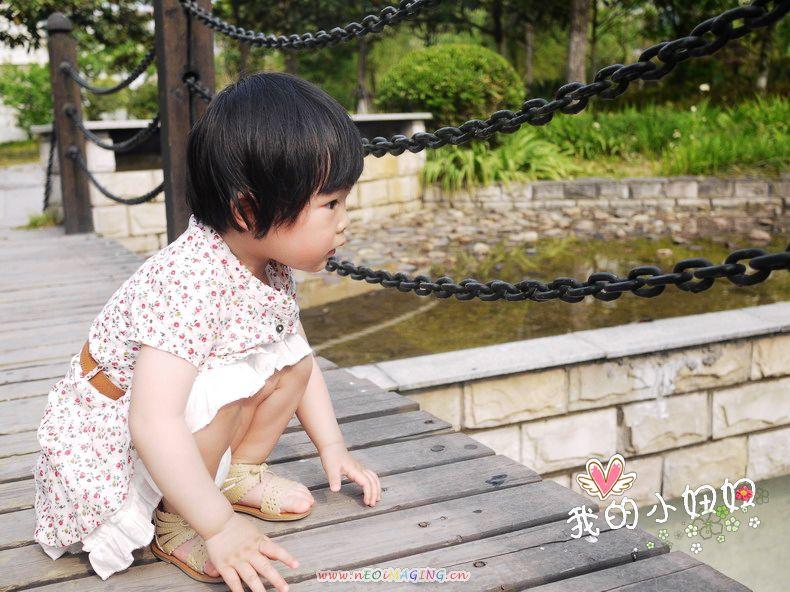 小姑娘穿老是别女生蹲着座裙子观感情水瓶图片