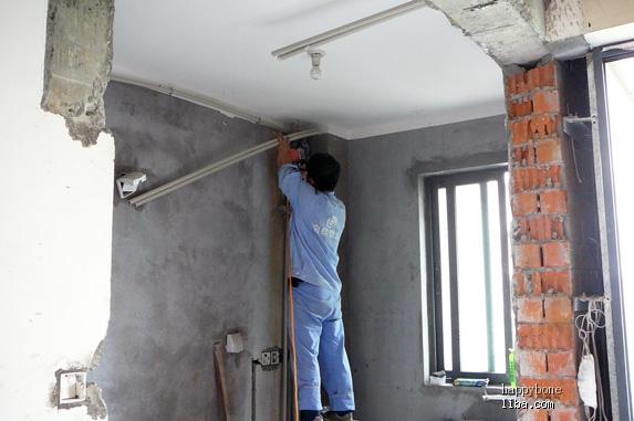 转美的空调安装指南: 安装阶段篇:中央空调的安装 中央空调(多联机)的安装中央空调(多联机)要提前在装修准备阶段就规划好,事先确定好内机安装位置,而且需预排好所需使用的强电线,一般在水电工进场后即可安排厂家上门安装,正规的安装要有以下几步: 第一步:水电进场时联系安装 1.