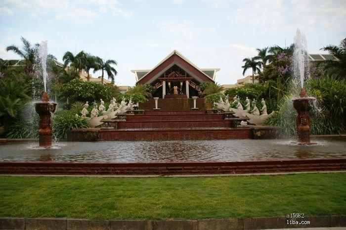 的,那个水池上雕塑,有点东南亚风格.   喜来登的园林真的很棒,可