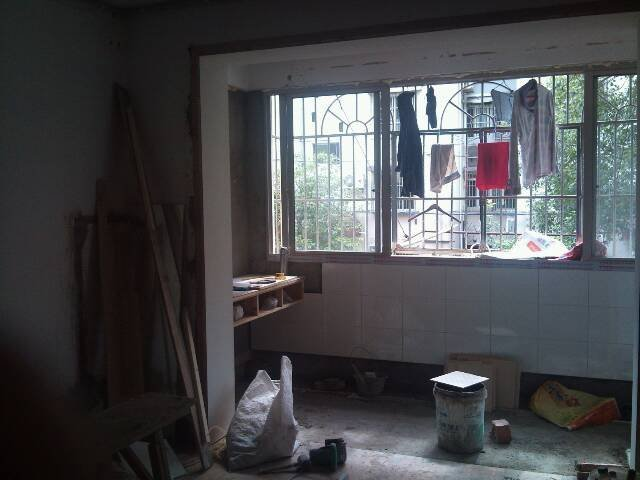 也做好了,订到墙上了,因为我家阳台上有下水管,所以书柜要做厚点