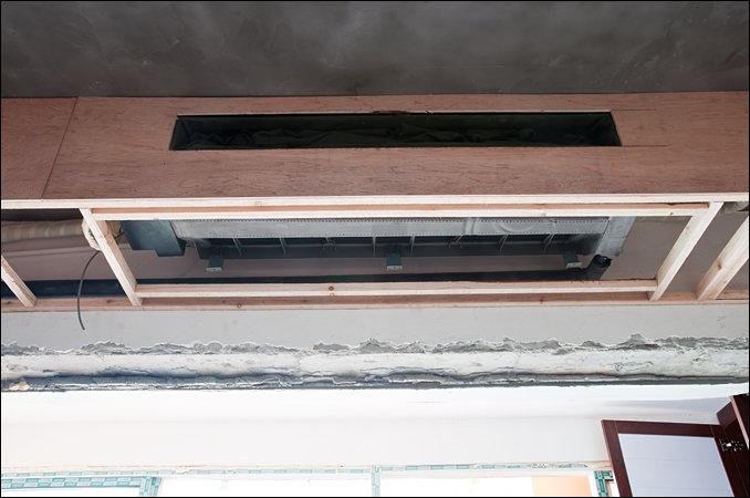 从阳台看餐厅的客厅吊顶效果图.   第619楼   下图是中央空调开口的细