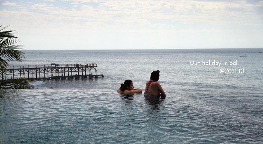 很多人都在无边游泳池拍过眺望大海背影的照片