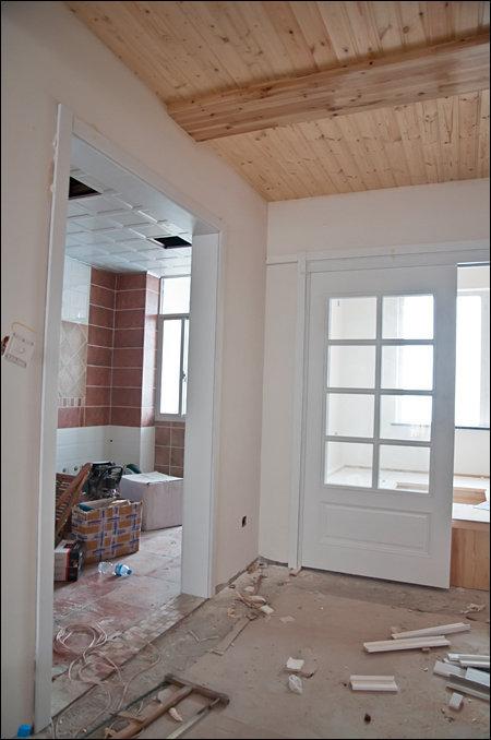 图是和室移门与厨房门套的效果图.地下比较脏乱,请忽略.